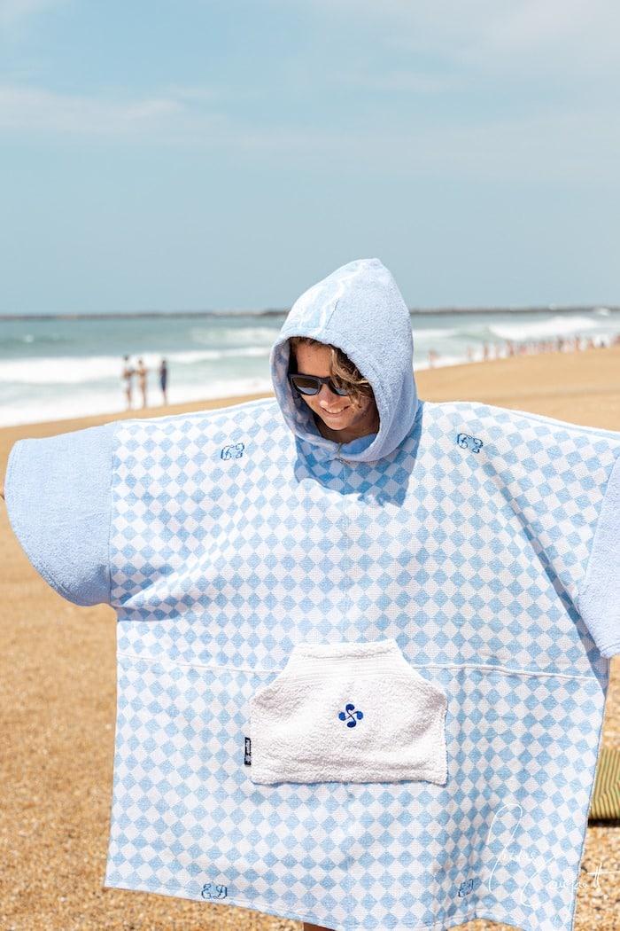 poncho upcyclé sur la plage