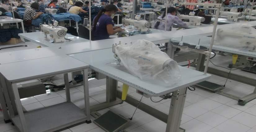 Bàn sản xuất và pallet xếp chồng tại tập đoàn dệt may HBI (Mỹ)