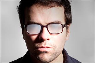 Mann mit beschlagener Brille fehlt der Durchblick
