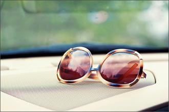 Brille auf dem Armaturenbrett eines Autos