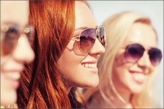 Junge Frauen mit Sonnenbrillen