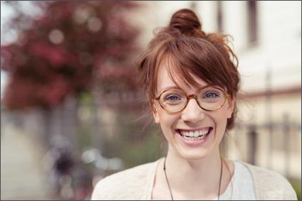 Lächelnde Frau mit Hornbrille