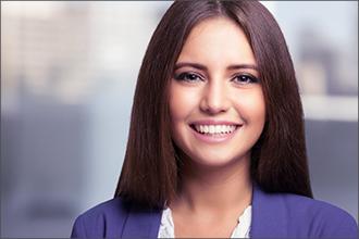 lächelnde Frau mit blauem Blazer im Portrait