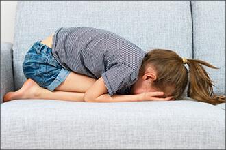 Kind weint auf Sofa