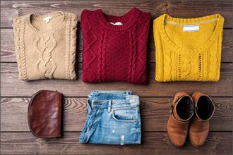 Pullover in beige, rot und gelb mit Jeans und Boots