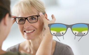 Frau bekommt Gleitsichtbrille angepasst