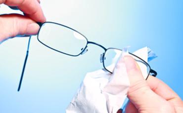 Brille wird mit Brillenputztuch geputzt