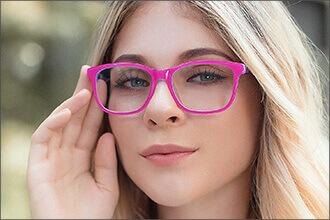 Frau trägt pinke Brille Saja C67