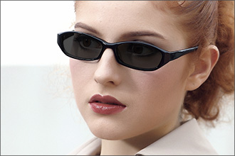 Frau trägt schwarze schmale Sonnenbrille