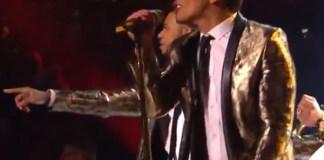 Bruno Mars Super Bowl giacca Yves Saint Laurent 3