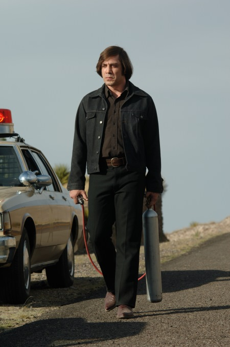 chigurh and his weapon