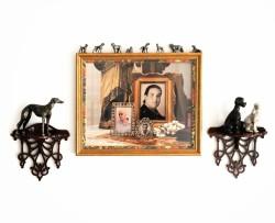 """""""Pasa la vida"""" Instalación de medidas Variables Fotografía y colleción de perritos de Plomo y Porcelana, y ménsulas de madera Valencia 2014"""