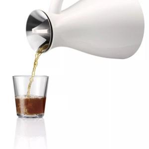 Vacuum jug white pouring 502942