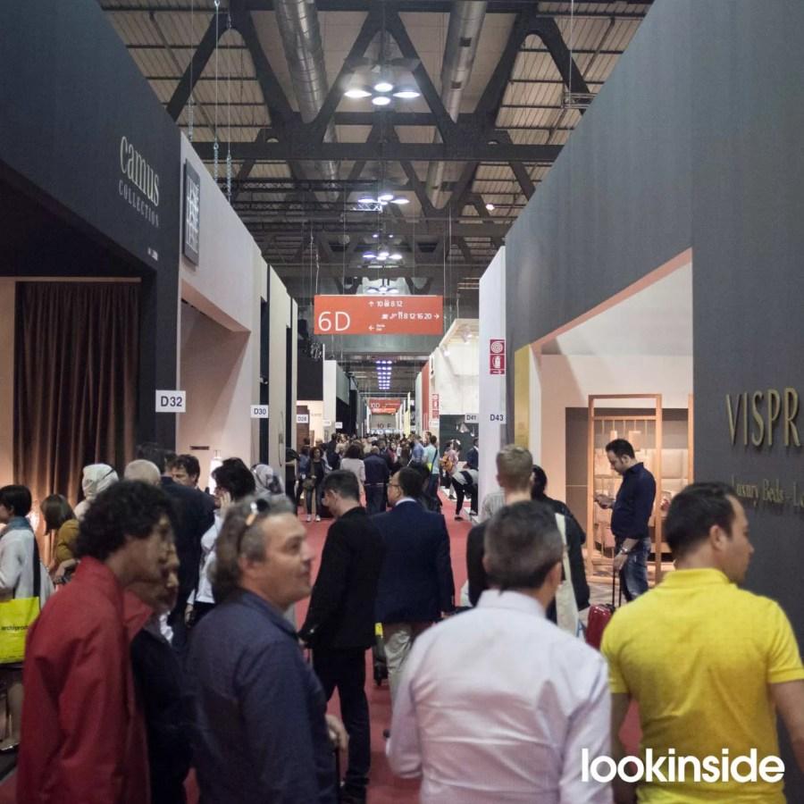 Ludzie na Salone Del Mobile w Mediolanie