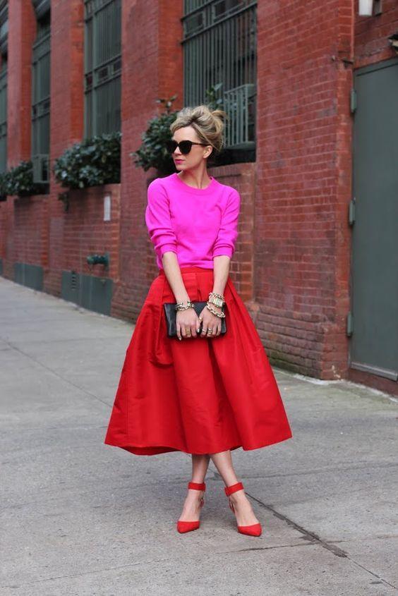 розовый свитшот с красной юбкой