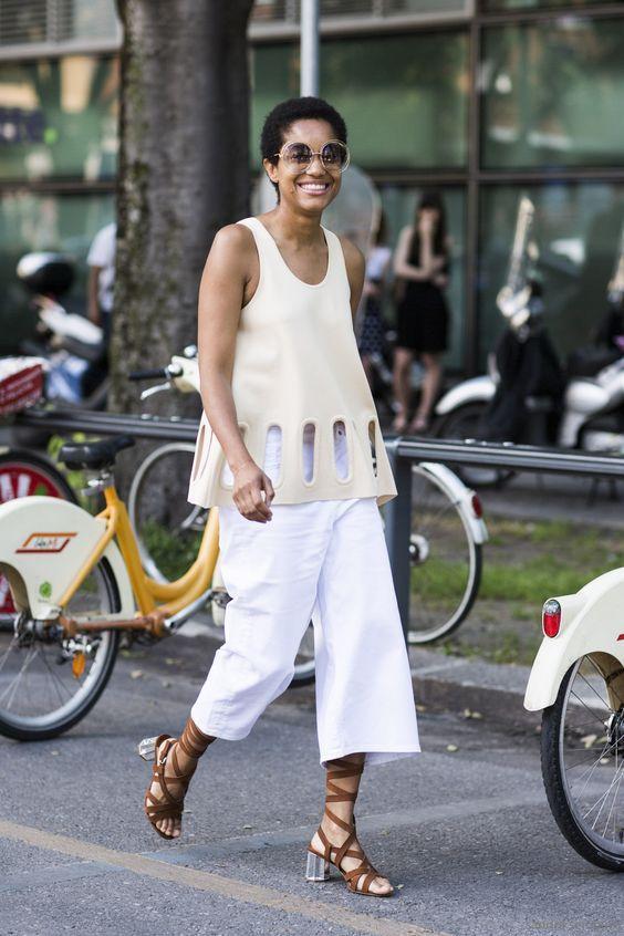 белые женские кюлоты с футболкой и низкими каблуками