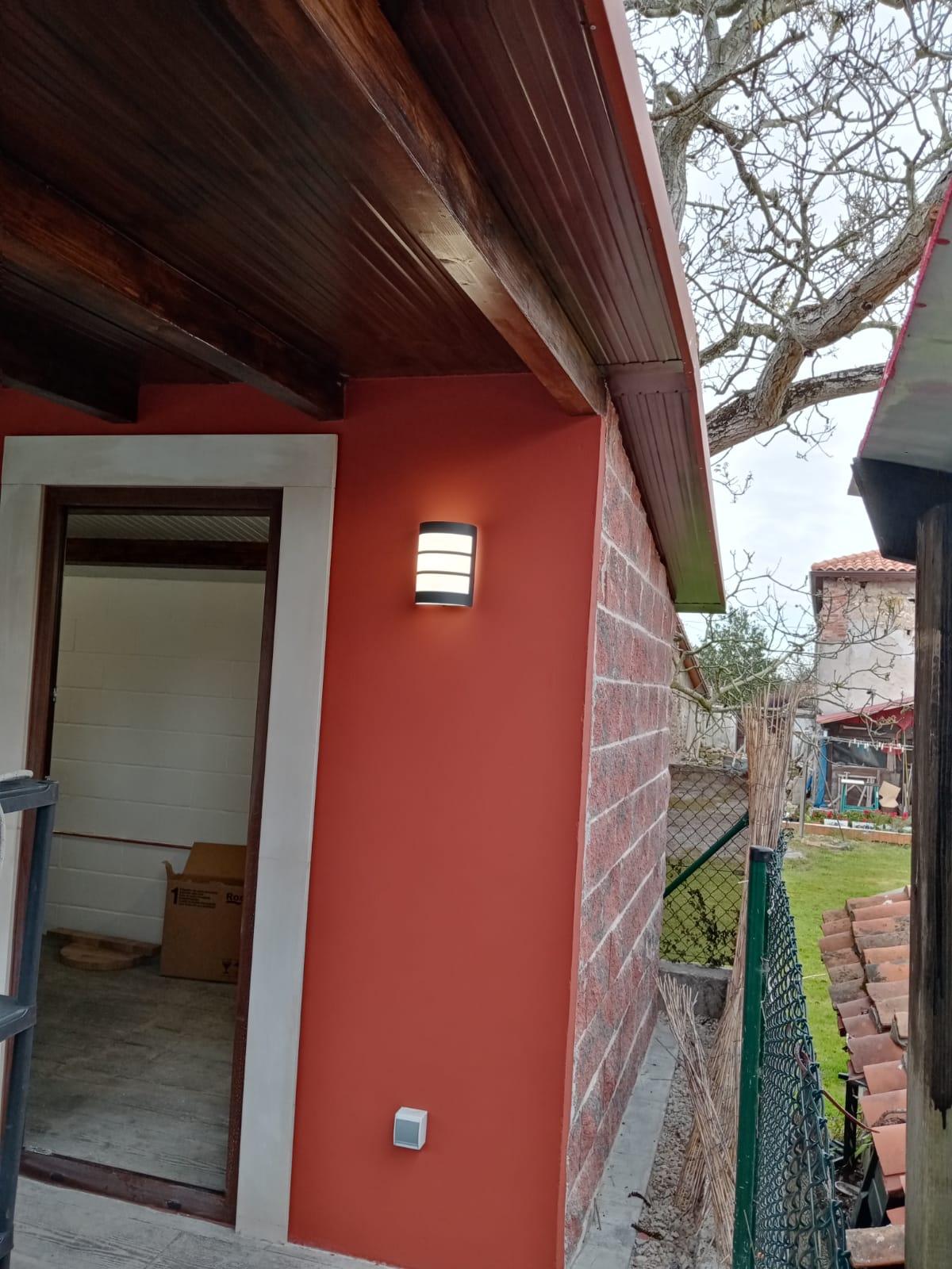 Suministro de panel sandwich acabado teja para construccion auxiliar de vivienda 1