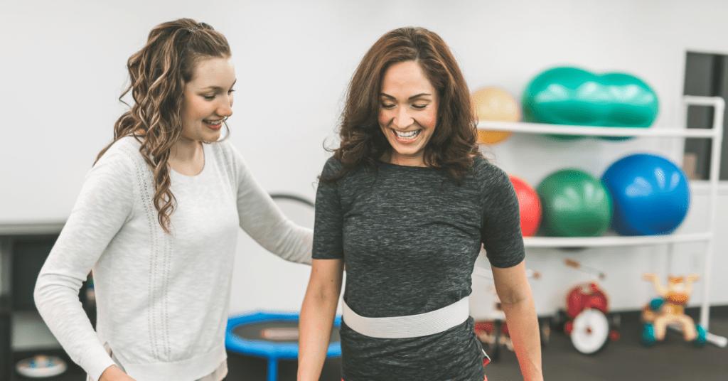 Lopen in combinatie met een andere taak, is ook een dubbeltaak. Dubbeltaken zorgen voor valgevaar bij Parkinsonpatiënten.