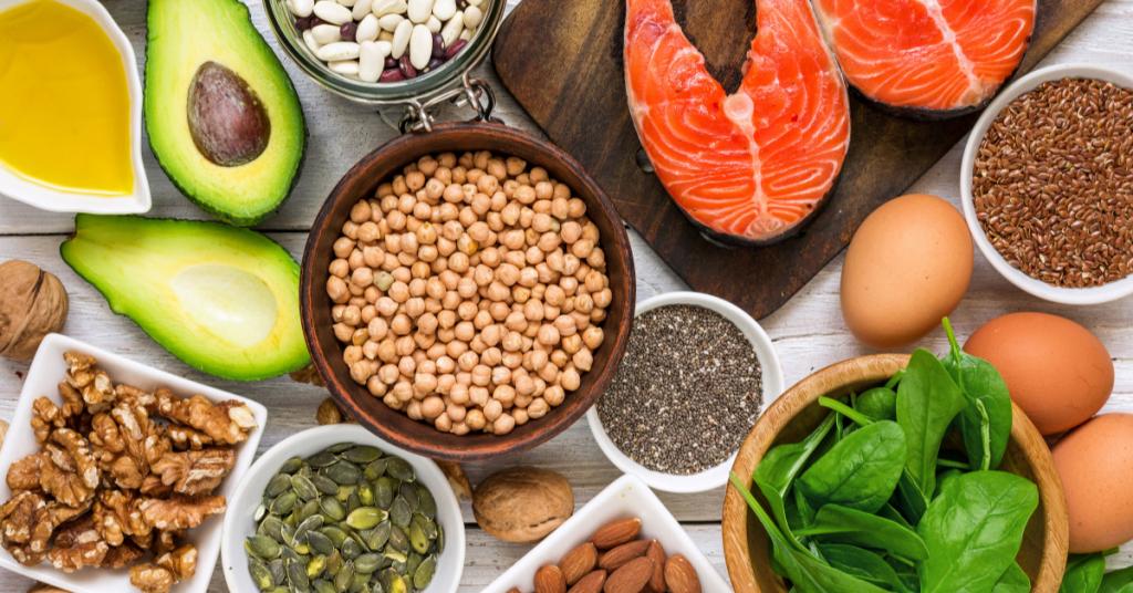 Omega 3 en Omega 6 zijn onverzadigde vetzuren en vind je terug in walnoten, lijnzaad en vette vis.