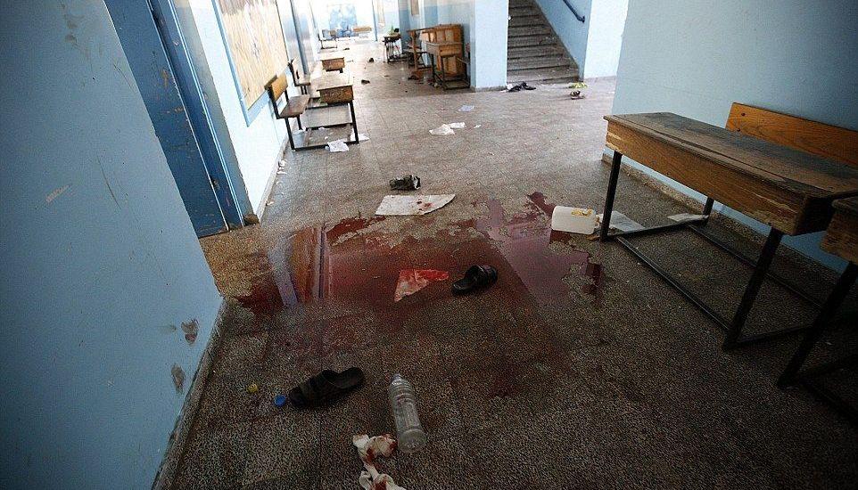 Bombardeo en escuela de la ONU deja quince muertos - Mancha de sangre en la escuela atacada en Gaza