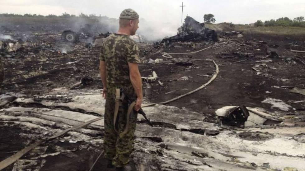 Ucrania insiste en culpar a separatistas por derribo de avión - Restos del avión de Malasya Airlines con 286 pasajeros