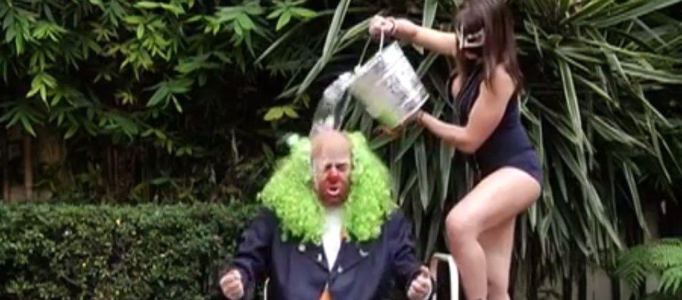 Brozo cumplió con el Ice Bucket Challenge - Foto de Youtube