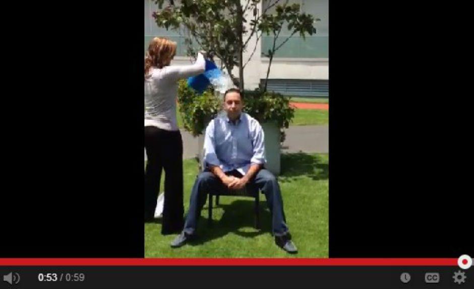 El senador Javier Lozano cumple reto Ice Bucket Challenge - Foto de javierlozano.mx