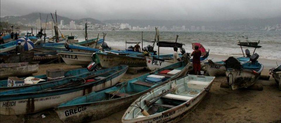 Rescatan vivo a pescador extraviado en Guerrero - Foto de EFE