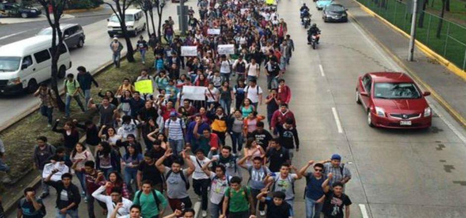 Protestan estudiantes del IPN contra plan de estudios - Foto de @Univ_Metropoli