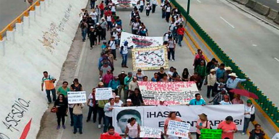 Marchan en Autopista del Sol por caso Ayotzinapa - Foto de Milenio