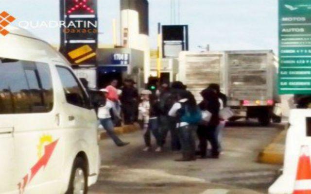 Normalistas de Oaxaca retienen caseta de cobro - Foto de Quadratín