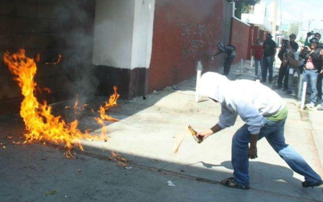 Lanzan bombas molotov contra sede del PRI en Oaxaca - Foto de Quadratín