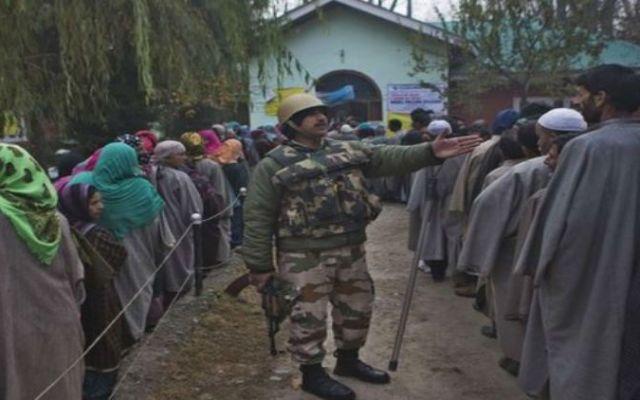 Miles esperan para votar en la Cachemira india - Foto de BBC