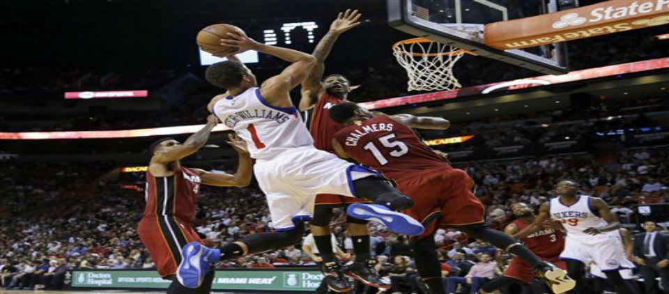 76ers remontan y vencen al Heat - Foto de AP