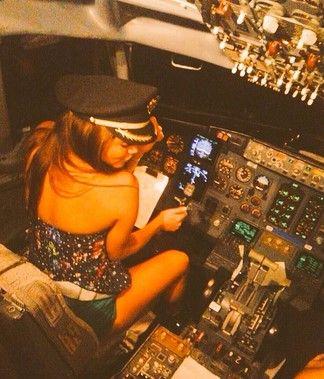 Despiden a piloto por foto de Esmeralda Ugalde en cabina de avión - Foto de @Sammahi