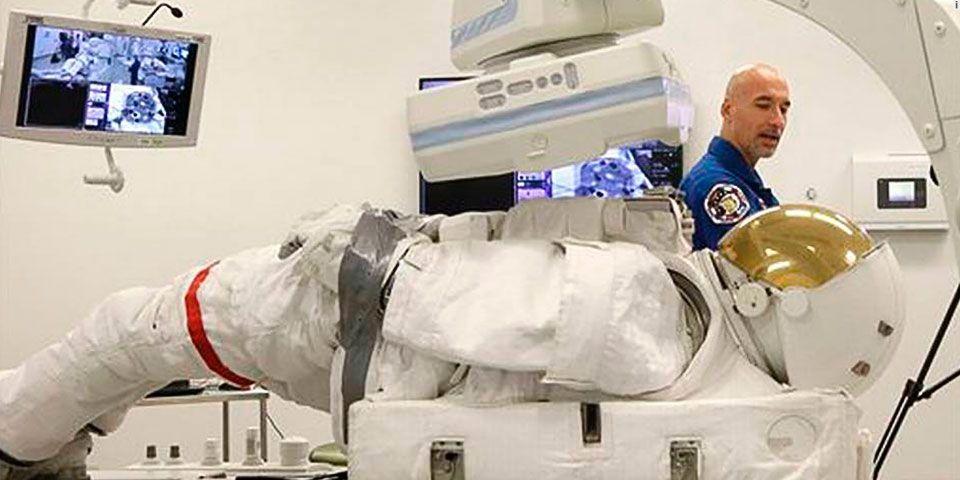 La NASA lleva al médico sus trajes espaciales - Foto de AP