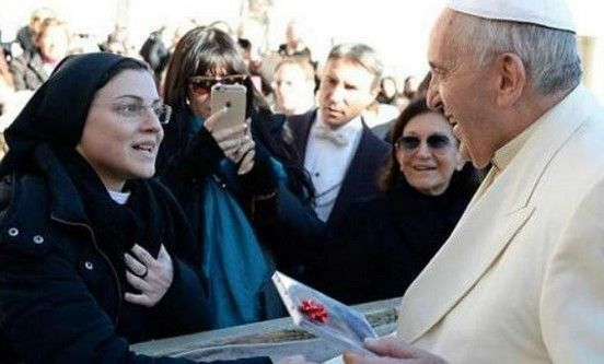 "Monja entrega disco al Papa con ""Like a Virgin"" - Foto de AP"