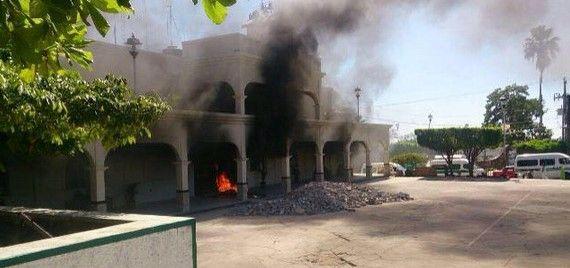 Incendian alcaldía en Chiapas porque el alcalde los dejó plantados - Foto de Noticias Hoy