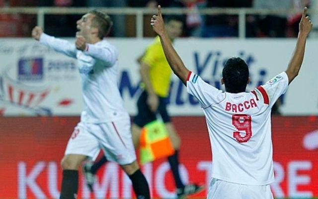 Sevilla gana con autoridad al Málaga - Carlos Bacca festeja un gol del Sevilla