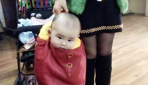 """Se indignan en Internet por madre con """"bebé bolsa"""" - Foto de Europics"""