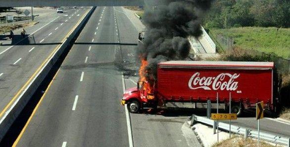 Femsa ha perdido millones de dólares en Guerrero - Camión de Coca Cola quemado