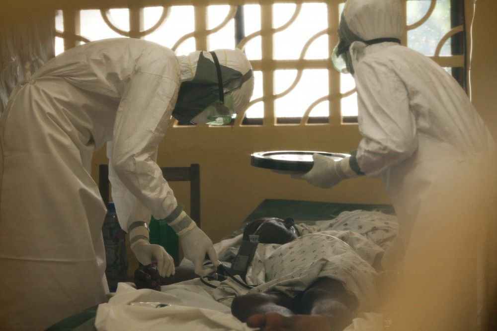 Vaticano invertirá 3.5 mdd contra el ébola en África - Médicos atendiendo a paciente con ébola