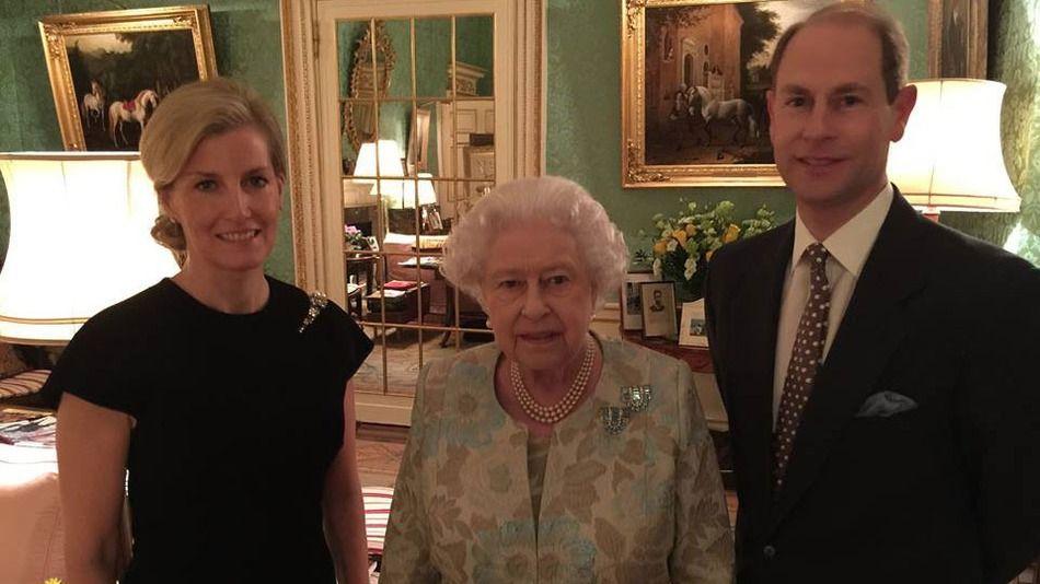 Príncipe Andrés comparte foto de su familia - reina isabel