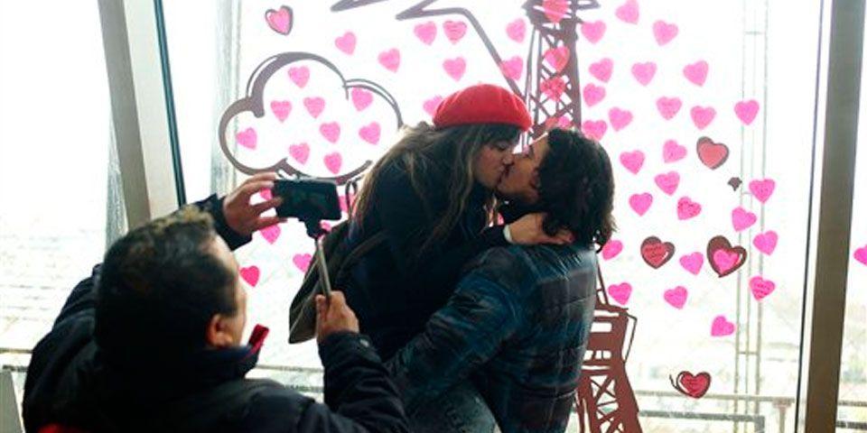 San Valentín en la Torre Eiffel - Parejas se besan en la Torre Eiffel