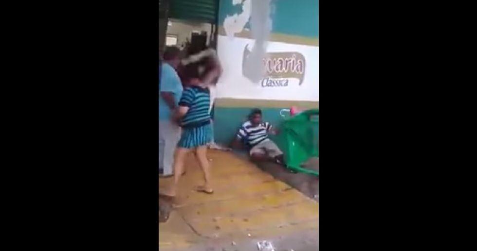 Borracho es golpeado por mujeres en Brasil - Borracho es golpeado por mujeres