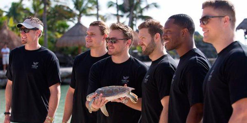Jugadores de NFL liberan tortugas en Riviera Maya - Jugadores de NFL liberan tortugas en Riviera Maya