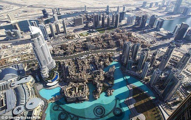 Mujer se arroja del edificio más alto del mundo