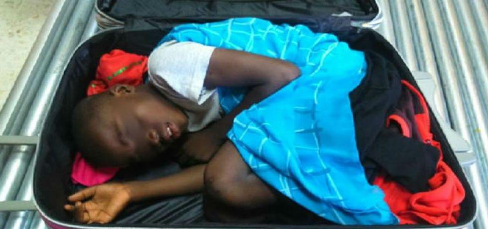 Se queda en España niño de la maleta - Foto de CNN