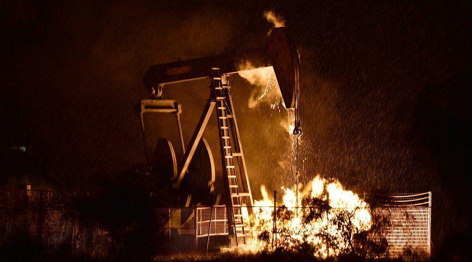 Contenedor de gas explota al ser impactado por un rayo - incendio