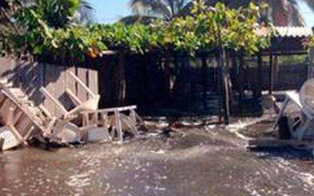 Desalojan a unos 150 por mar de fondo en Colima - Mar de fondo en Tecomán, Colima
